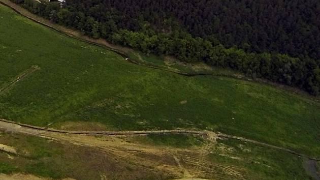 Letecký pohled na plumlovskou přehradu v době revitalizace - přítoková část u Plumlova