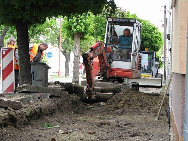 Dlaždiči se pustili do opravy chodníku v Martinákově ulici v Prostějově