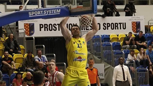 Basketbalisté Olomoucka (ve žlutém) vstupují do nové sezony. Ilustrační foto