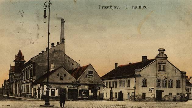 Nadstavba druhého patra byla odstraněna vroce 1902, čímž byla výška budovy celkově o něco snížena. Vsousedství na rohu Komenského ulice jsou vidět domy, na jejichž místě dnes stojí dům družstva Moděva.