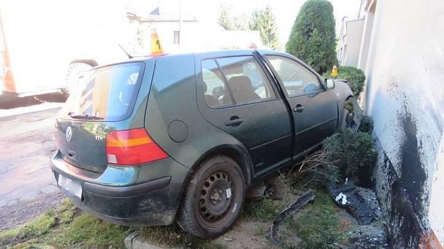 Osmdesátník neodhadl rychlost. Výsledkem jsou jedno auto na odpis a poničené domy.