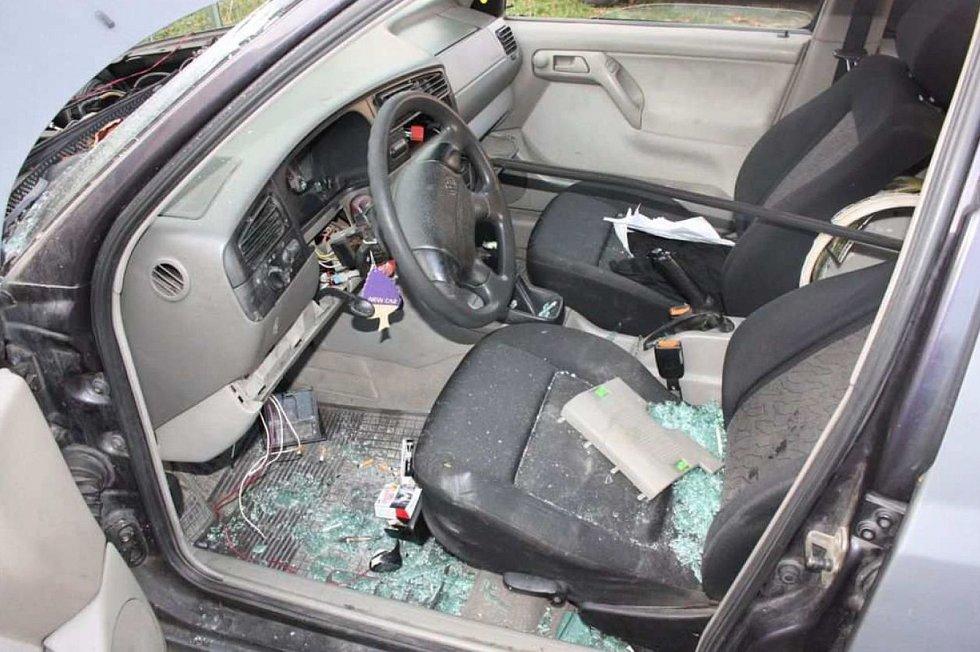 Tři mladíci zdemolovali auto