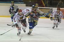 Sobotní derby se Šumperkem bylo pro hokejisty Prostějova možná nadlouho posledním utkáním v první lize. Na snímku se žene za pukem autor hattricku Tomáš Vrba (vlevo).