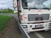 U nájezdu na dálnici boural autobus s nákladním autem