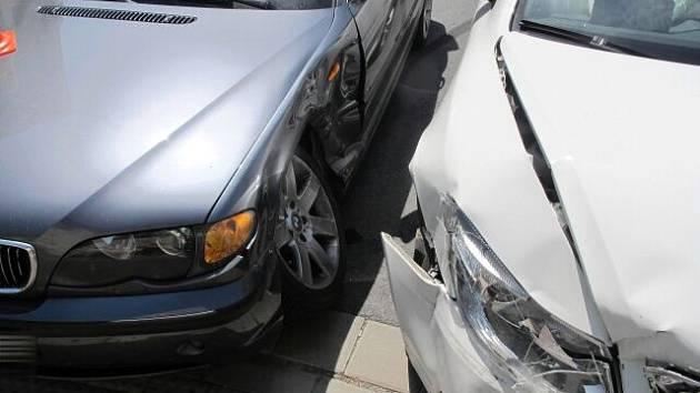 BMW se srazilo s octavií v křižovatce ulic Nerudova a Melantrichova