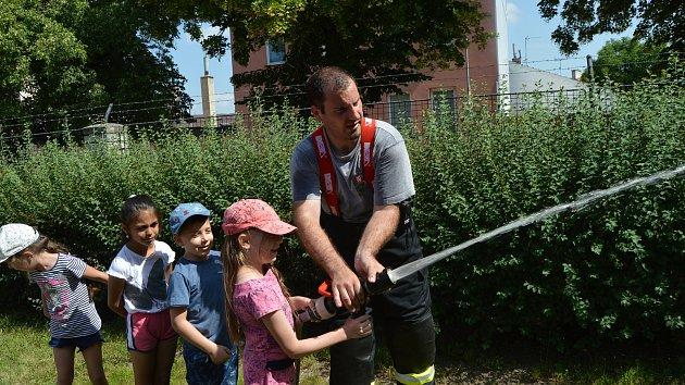 Dobrovolní hasiči na návštěvě u dětí v mateřince na Husově náměstí