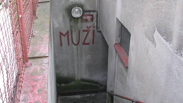 Veřejným toaletám u křižovatky v ulici Vápenice se raději vyhněte.