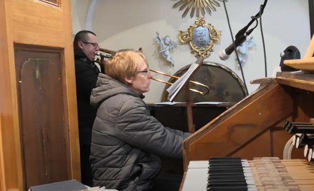 Petr a Dušan Pávkovi hrají Ave Maria.