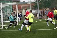 Prostějov (ve žlutém) porazil na umělce v Holici Uherský Brod 7:0.