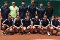 Účastníci netradičního tenisového turnaje.