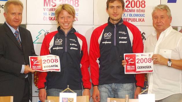Hejtman Olomouckého kraje Ivan Kosatík (vlevo) a šéf marketinkové agentury TK Plus Prostějov Miroslav Černošek (vpravo) s českými reprezentanty orientačního běhu Danou Brožkovou a Michalem Smolou.