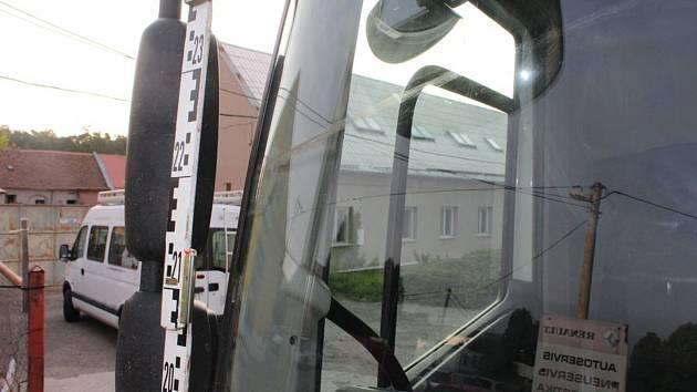 Spadený kabel visel 50 cm nad vozovkou.