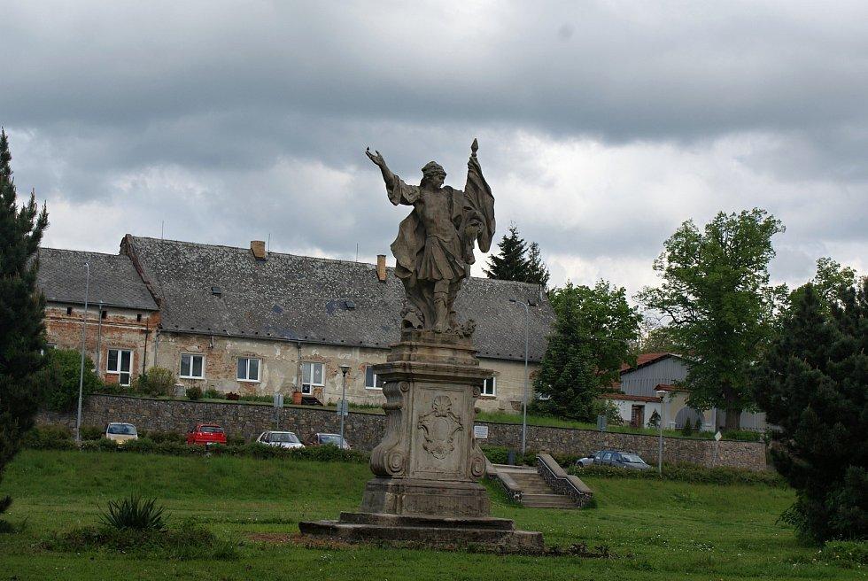 Prostranství před konickým zámkem se sochou svatého Floriána