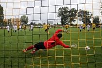 Fotbalisté Nových Sadů (ve žlutém) proti Kralicím