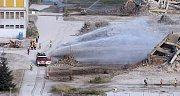 Demolice OP Prostějov. Hasiči kropí vodou oblaka prachu po explozi