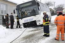Vyprošťování zapadlého autobusu u Šubířova