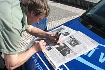 Lidé vyplňovali kupóny v soutěži o Škodu Fabii. Někteří tak činili přímo na její kapotě.