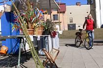 Prodej kocarů a velikonočních ozdob na tržnici