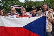 Fanoušci v kempu Žralok v Plumlově při čtvrtfinálovém zápase Čechů proti Američanům