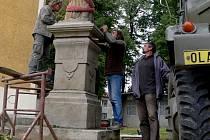 Zrestaurovaná socha se vrátila.