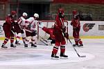 Hokejisté Prostějova (v červeném) v úvodním kole druhé hokejové ligy porazili Opavu 8:6.