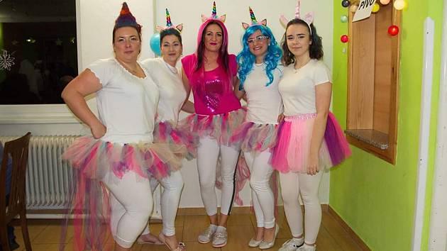 Maškarní ples v Myslejovicích pod organizační taktovkou Maminek Myslejovice v převlecích jednorozčů