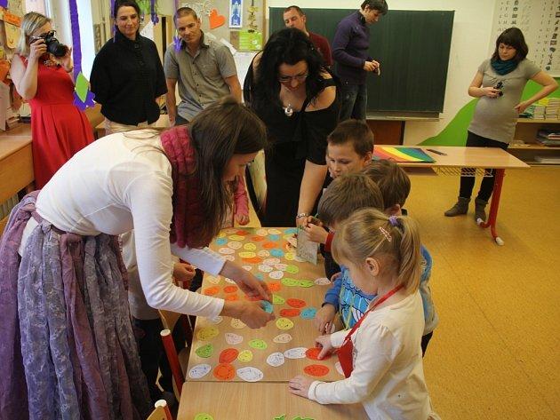 Základní škola v Olšanech u Prostějova vybírala budoucí prvňáčky. Skupiny předškoláků plnily úkoly, aby zachránily Duhovou zemi.