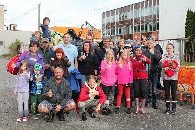 Vsobotu se dobrovolníci pustili do úklidu prostějovského biokoridoru Hloučela.