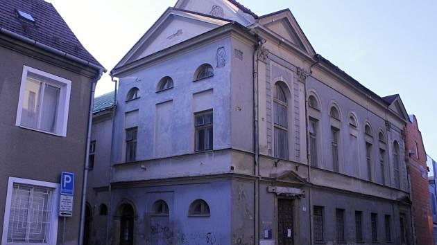 Chátrající synagoga, přebudovaná v modlitebnu pravoslavné církve v Prostějově