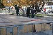 Stavba mobilního kluziště na náměstí TGM v Prostějově