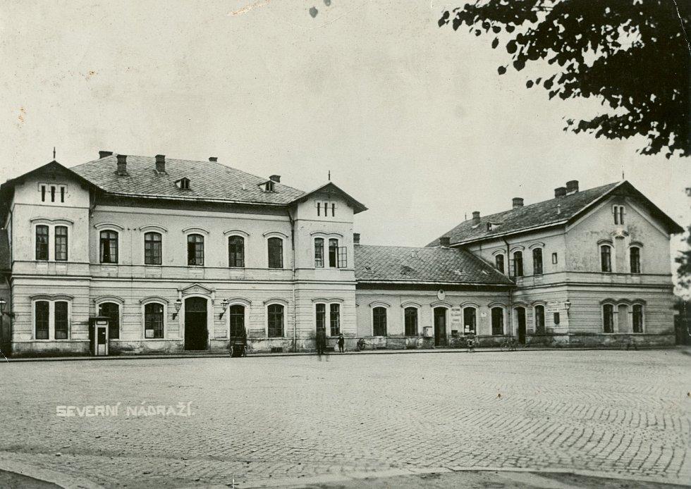 Hlavní nádraží se dříve podle Moravskoslezské severní dráhy nazývalo Severní nádraží.