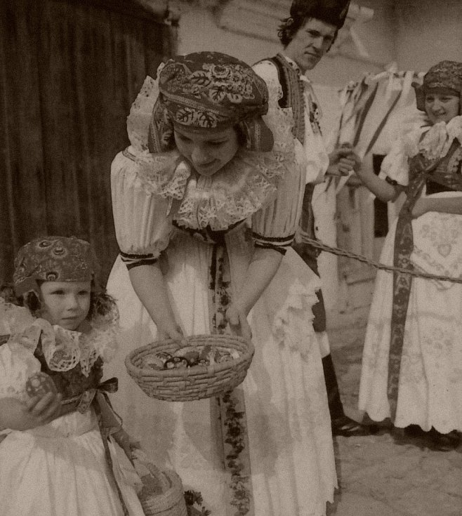 3. Kraslice slouží ženám a dívkám o Velikonocích jako odměna pro koledníka za vyšlehání pomlázkou.