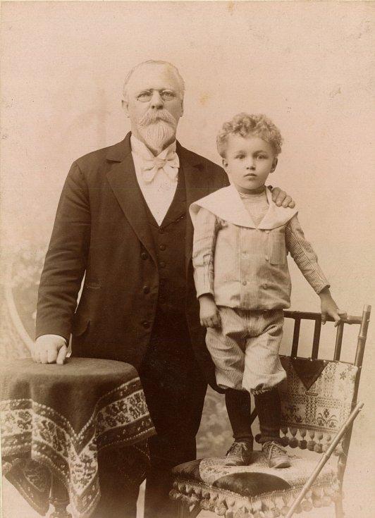 Jan Habusta s potomkem vyfocený slavným fotografem a prostějovských rodákem Franzem Fiedlerem (foto Kamil Rodan).