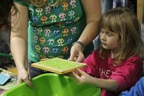 Že může být třídění odpadů zábava ukázali v pátek pracovnice prostějovského ekocentra Iris. Společně s dětmi a jejich doprovodem si vyráběly pestrobarevný ruční papír.