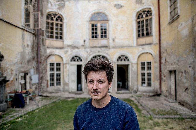 Matěj Stropnický na svém zámku v Osečanech.