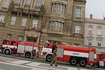 Do prostějovské radnice během čtvrteční podvečerní bouřky udeřil blesk. Zahořela izolace elektroinstalace ve sklepě, na místo vyrazili hasiči, ale s ohněm bojovat nemuseli, zakouřenou místnost pouze odvětrali.
