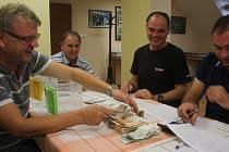 V pondělí odpoledne v Lutotíně zjišťovali, kolik lidé přispěli rodině na obnovu domu po požáru.