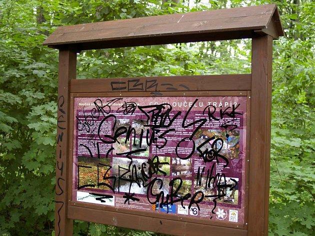 Informační tabule v biokoridoru Hloučela zničená vandaly