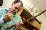 Pletení velikonočních pomlázek v Domově u rybníka ve Víceměřicích
