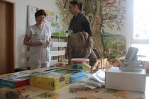 Hokejisté společně se svými fanoušky přispěli na přístroj pro dětské oddělení prostějovské nemocnice sedmnácti tisíci.