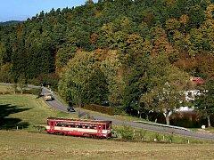 Průjezd vlaku Nectavským údolím. Ilustrační foto