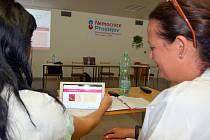 Moderní tablety, které běžně slouží k zobrazení rentgenových snímků, zajistí neslyšícím online spojení s bezplatným nonstop tlumočníkem.
