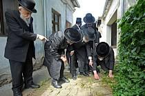 Rabíni v Prostějově: zbožní muži z USA, Británie, Izraele, Rakouska a České republiky hledají zbytky hebrejských nápisů