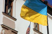 Před olomouckou radnicí zavlála ukrajinská vlajka. Tak jako v některých dalších městech České republiky, vyjadřují podporu suverénnímu státu.