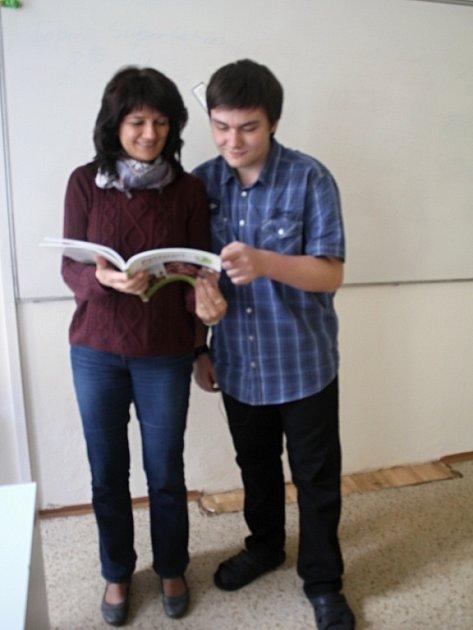 Filip Bašný, vítěz celostátní olympiády vněmeckém jazyce, se svou učitelkou němčiny Janou Mohrovou.