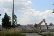 Demolici areálu Oděvního podniku přečkal komín