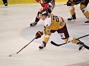 Hokejisté Prostějova (v černém) doma porazili Jihlavu 3:2.Lukáš Anděl (Jihlava)