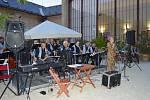 Večerem provázel osmnáctičlenný orchestr Swingband Olomouc a klavírní virtuóz Elly Jay.