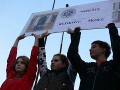 Na pět set sympatizantů ZŠ a MŠ Rejskova protestovalo v úterý 4. listopadu před radnicí.