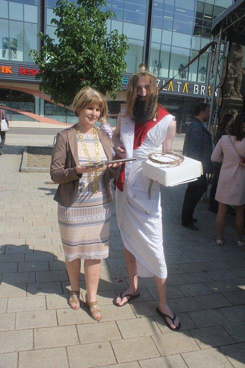 Studentský Majáles nakonec ovládlo Cyrilometodějské gymnázium. Za jeptišky získalo speciální cenu, králem Majálesu se pak stal také student CMG Jakub Szymsza coby Ježíš.